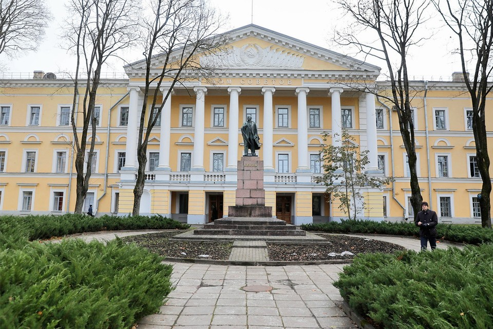 В администрации Псковской области уже 2 человека заразились коронавирусом.