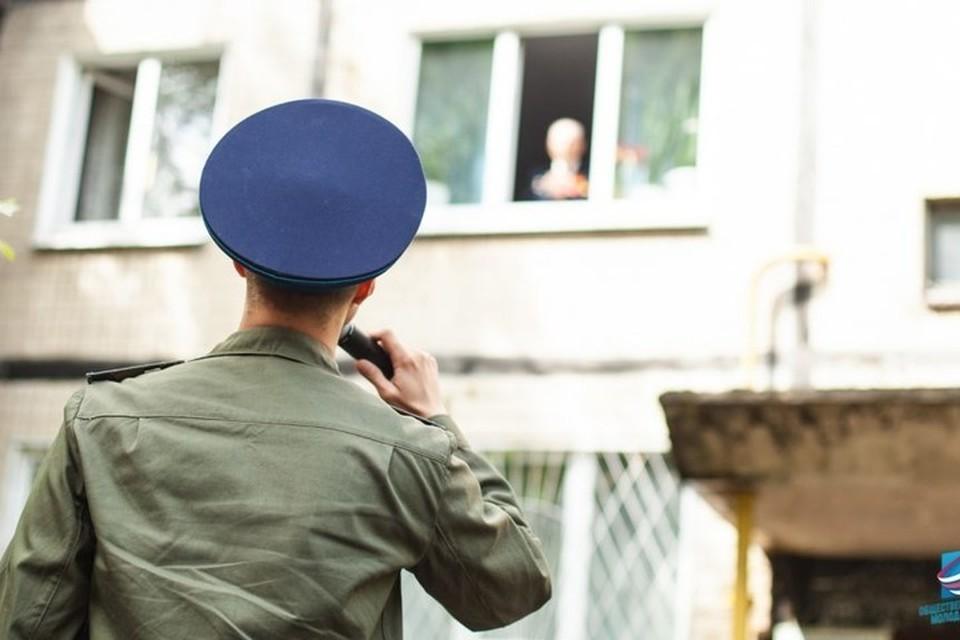 9 мая под окнами ветеранов выступают артисты и военные в форме Красной армии. Фото: Молодая Республика