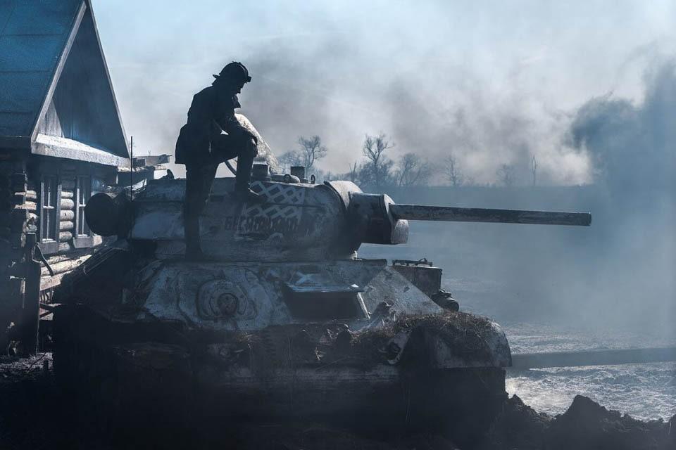 """Кадр из фильма """"Т-34""""."""