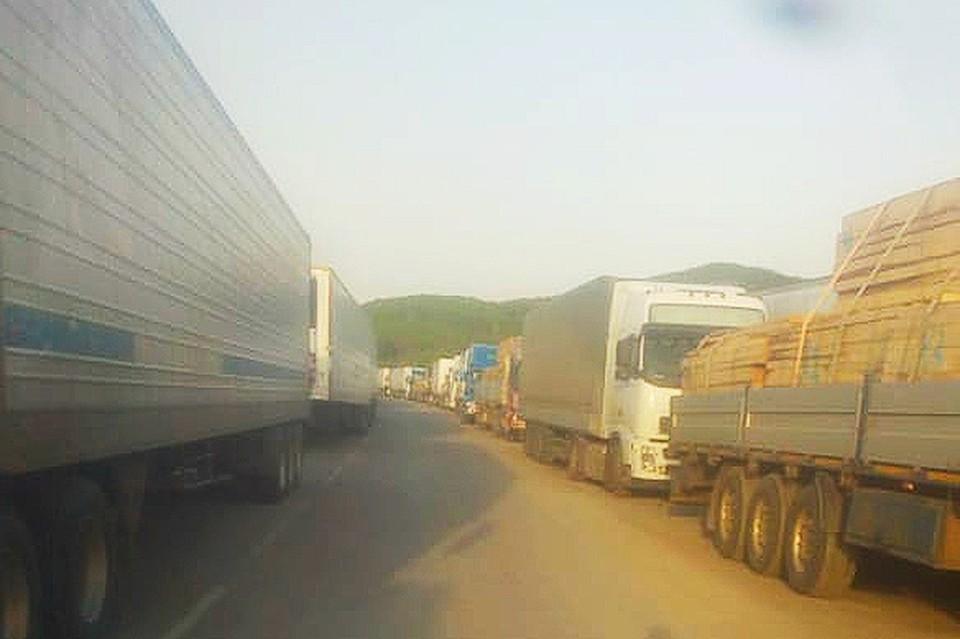 Огромная пробка из фур скопилось на российско-китайской границе. Фото: предоставлено очевидцами.