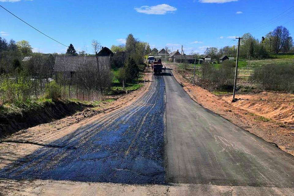 Укладка нового асфальта в деревне Копылок на дороге Пустошка - Щукино - Алоль