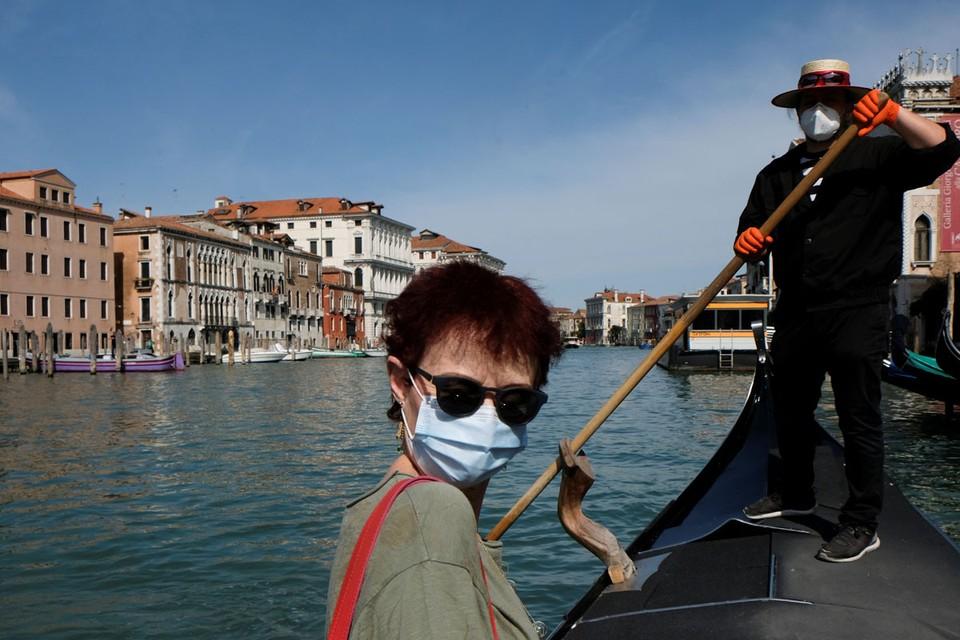 Никогда еще в Италии утро понедельника не было таким оживленным и радостным.