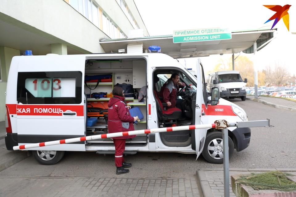 Почти три недели в Беларуси каждый день регистрируется больше 900 случаев COVID-19.