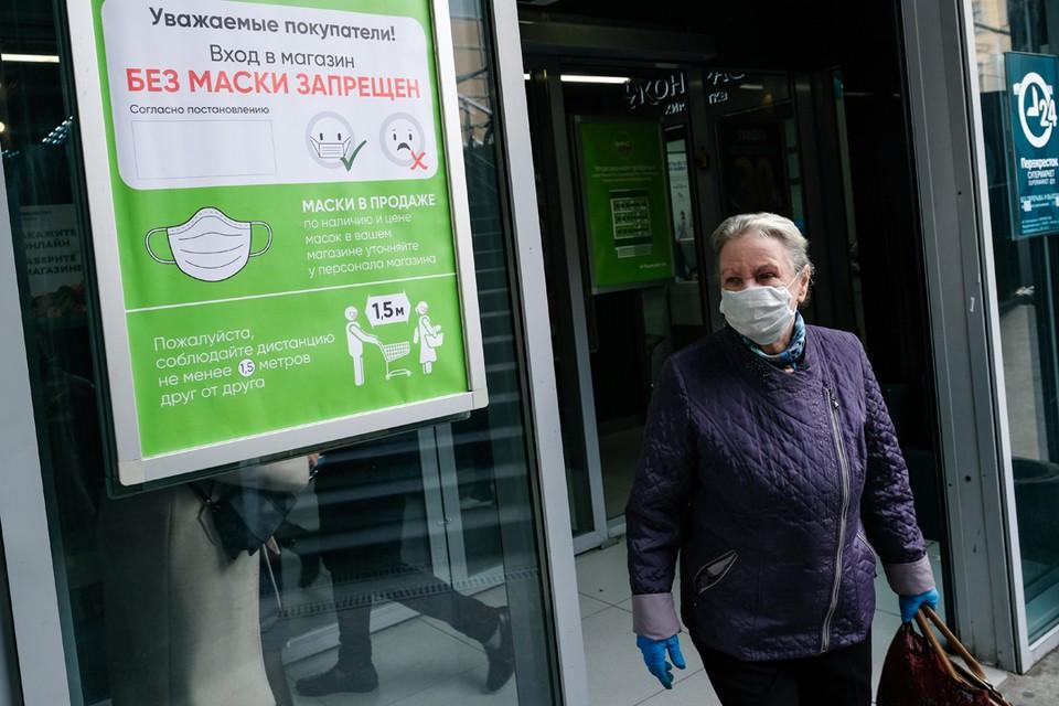По всем районом Ленинградской области бесплатно раздадут 250 тысяч масок. Их можно получить около крупных магазинов и аптек.