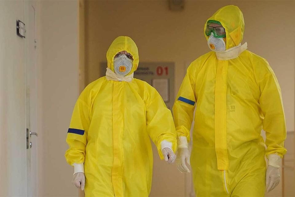 Медработники в защитных костюмах в одной из больниц Самары.