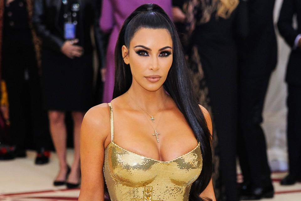 Красотка Ким не упускает случая похвастаться своими формами.