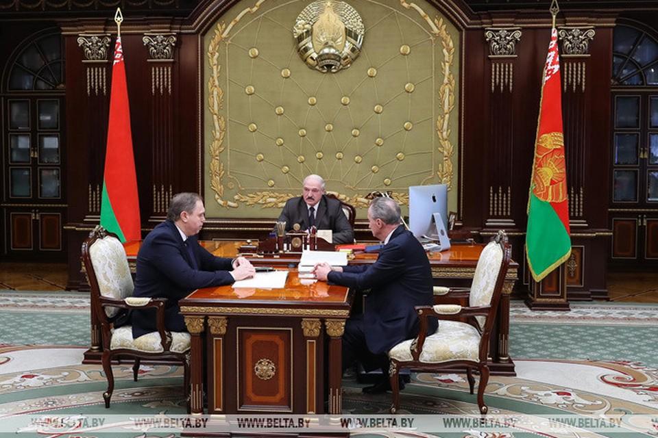 Александр Лукашенко сделал акцент на том, что рост заболевших коронавирусом пошёл на спад. Фото belta.by