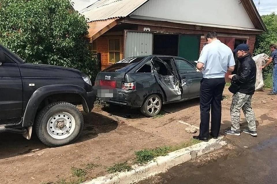 """Мужчина оказался зажат между искореженной """"двенашкой"""" и воротами гаража"""