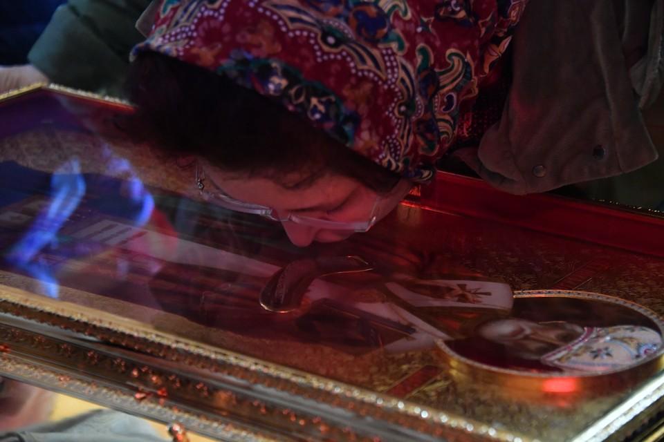 Верующие у ковчега с частицей мощей святителя Николая Чудотворца в Храме Христа Спасителя.