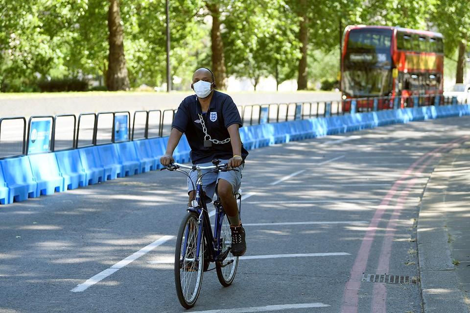 Велосипедист мчит по Лондону по специально созданной из-за пандемии велодорожке.
