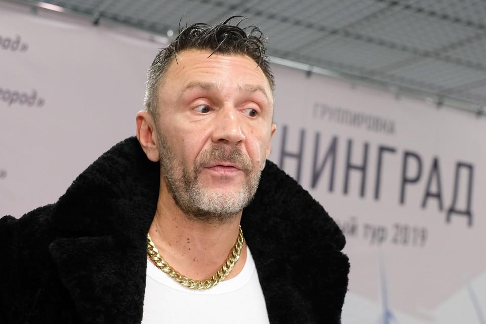 """Шнуров признался, что оброс """"складками на животе"""" и превратился в Робинзона"""