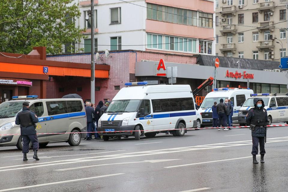 """Чуть больше часа понадобилось полиции, чтобы обезвредить, мужчину, который днем в субботу, 23 мая, явился якобы с бомбой в рюкзаке в отделение «Альфа банка» на Земляном валу. Фото: АГН """"Москва"""""""