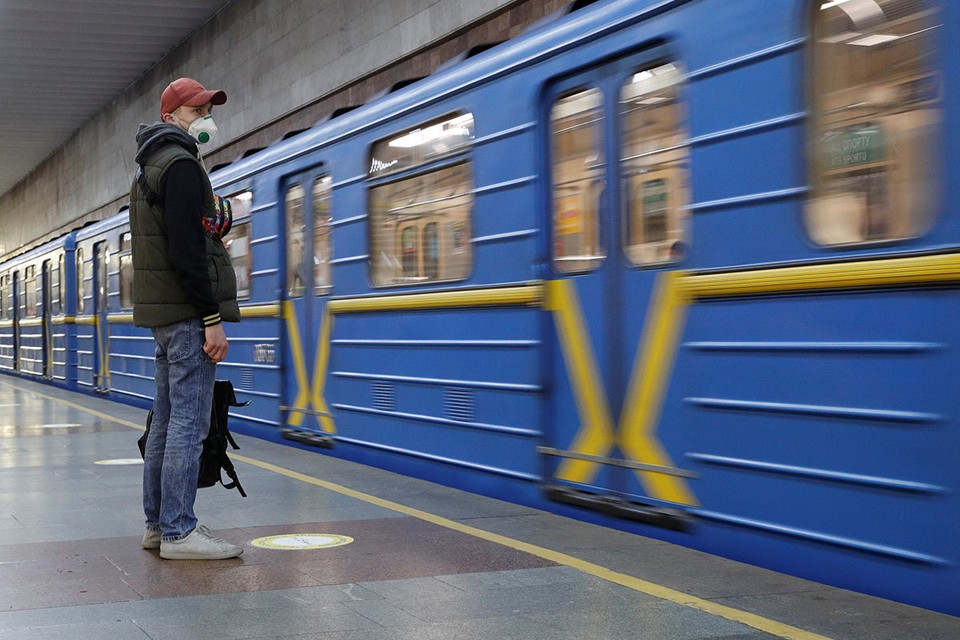 Пассажир на станции киевского метро, которое возобновило свою работу.