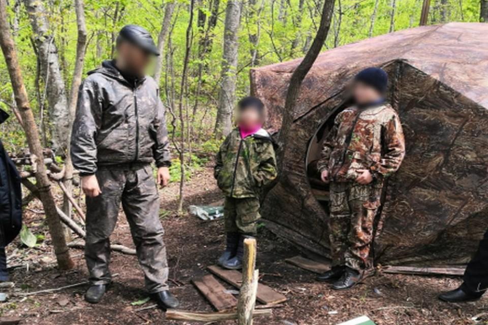 Пропавшую семью нашли в лесу - там они соорудили палатку со всеми необходимыми продуктами. Фото: УМВД по Приморскому краю.