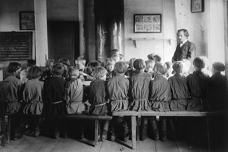 Дети в сельских школах, несмотря на разницу в возрасте и год обучения, чаще всего учились не только в одной хате, но и за одним столом. Фото: Wikipedia.org