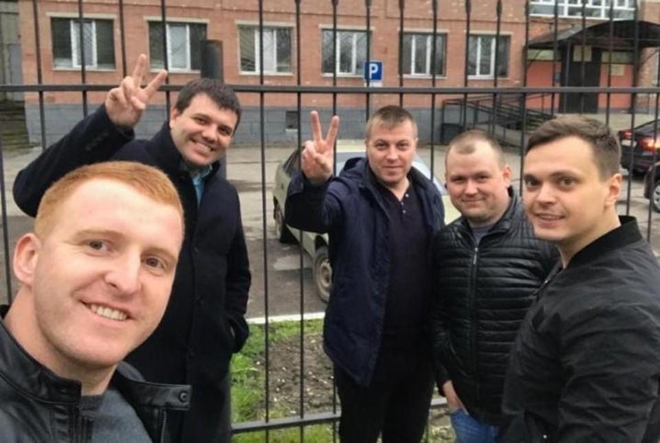 Полицейские Боровков (крайний справа) и Александров (в центре) оказались под следствием после задержания подозреваемого в педофилии