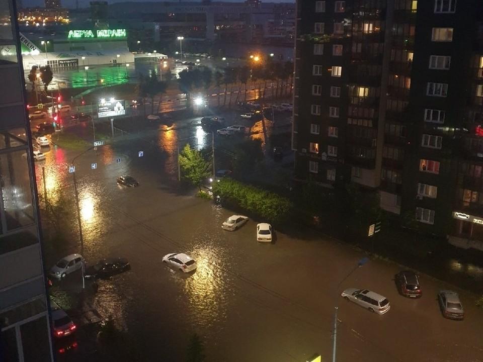 Мощный ливень затопил улицы, дома и машины в Красноярске.