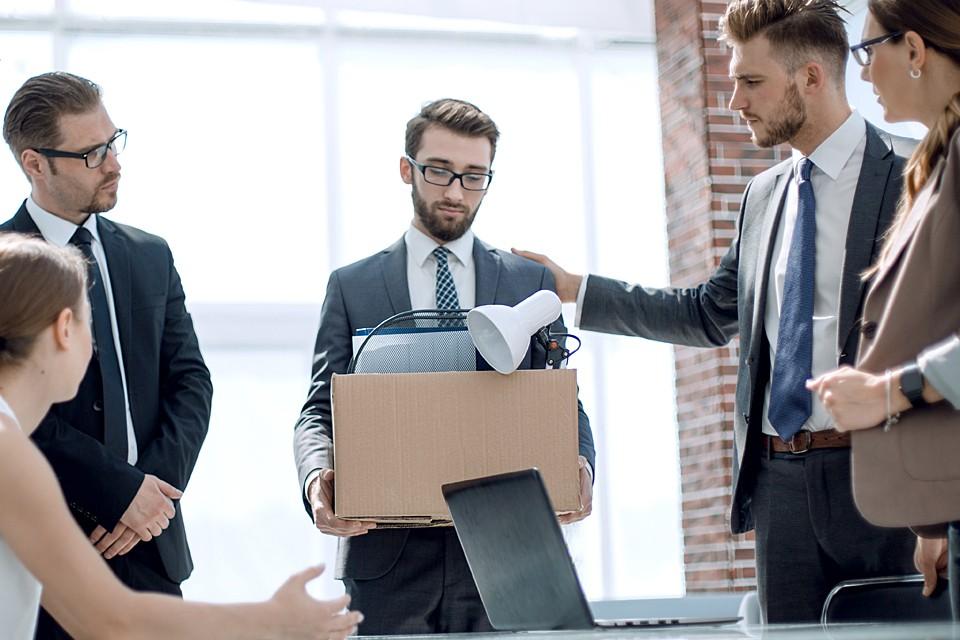 Если предприятие из-за карантина приостановило свою работу, то начальство не имеет права отправлять своих работников в простой или увольнять