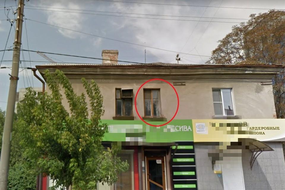 Прохожие помогли снять мальчика со 2 этажа дома.