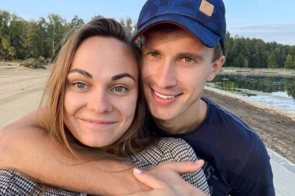 Бронзовый призер Олимпиады-2018 Анастасия Седова вышла замуж за лыжника Александра Кулешова в мае 2018 года.