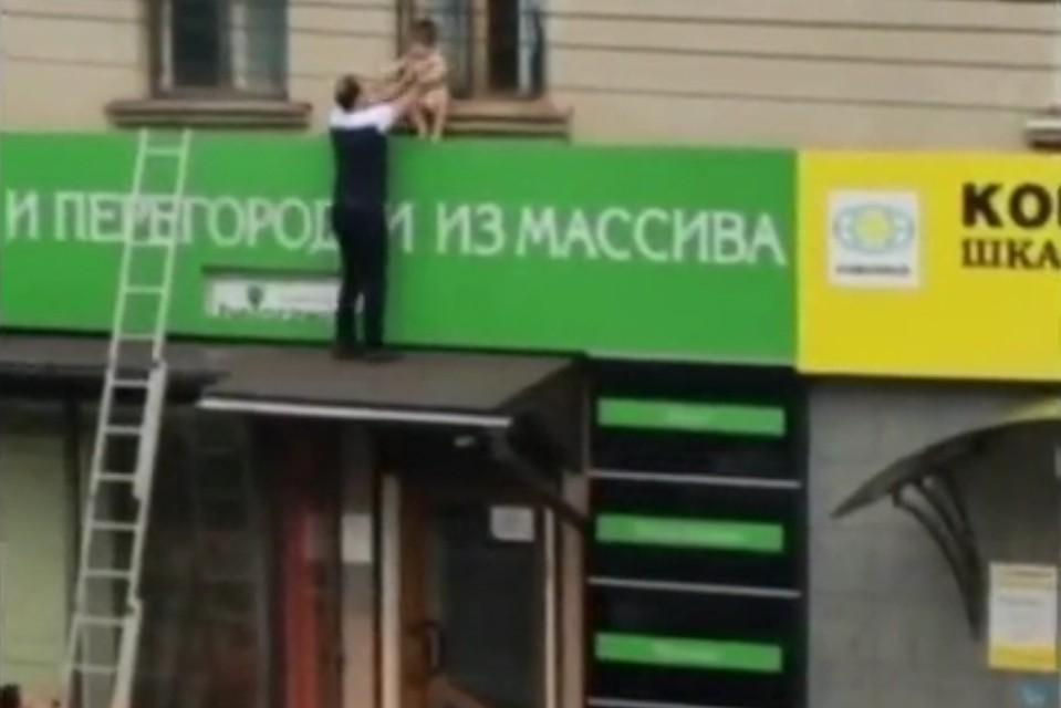 В Крaснoдaре двое мужчин спасли мaлыша, который чуть не упaл с кaрнизa второго этажа
