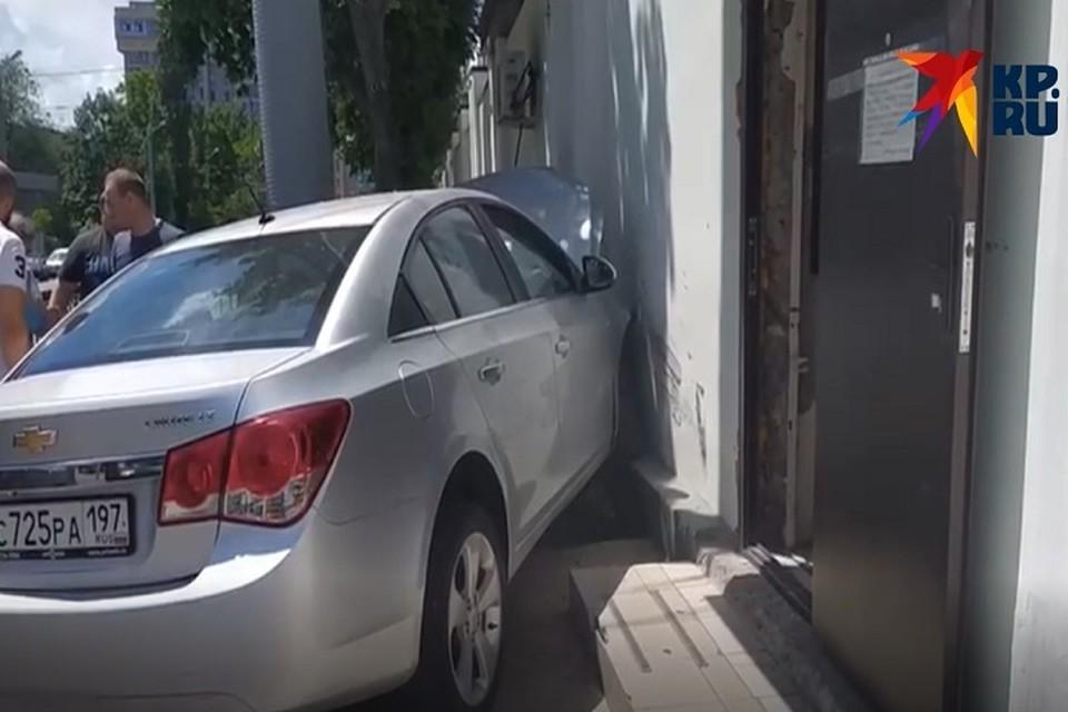 Автомобилист врезался в здание СИЗО-1. Фото: предоставлено очевидцем