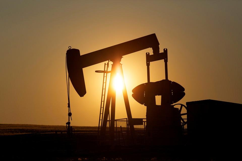 Министры ведущих нефтедобывающих стран ОПЕК на своей встрече приняли решение продлить режим сокращенной добычи нефти еще на месяц.