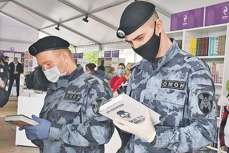 Служба службой, а интереса к хорошим книгам никто не отменял. Сотрудники полиции в перерывах активно интересовались новинками.