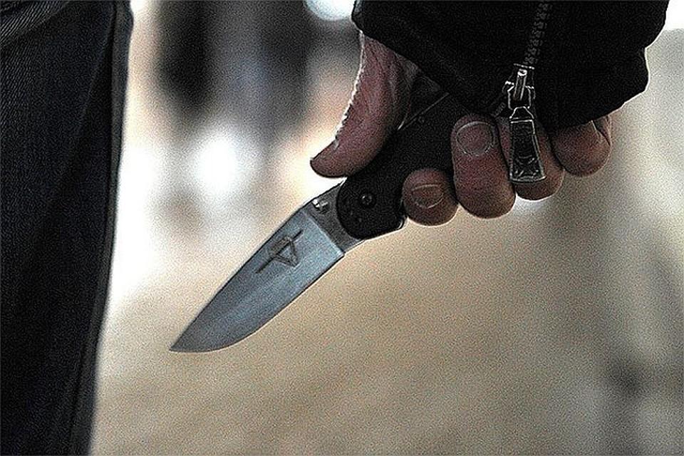 Он приставил нож к горлу женщины, когда они вместе ехали на лифте.