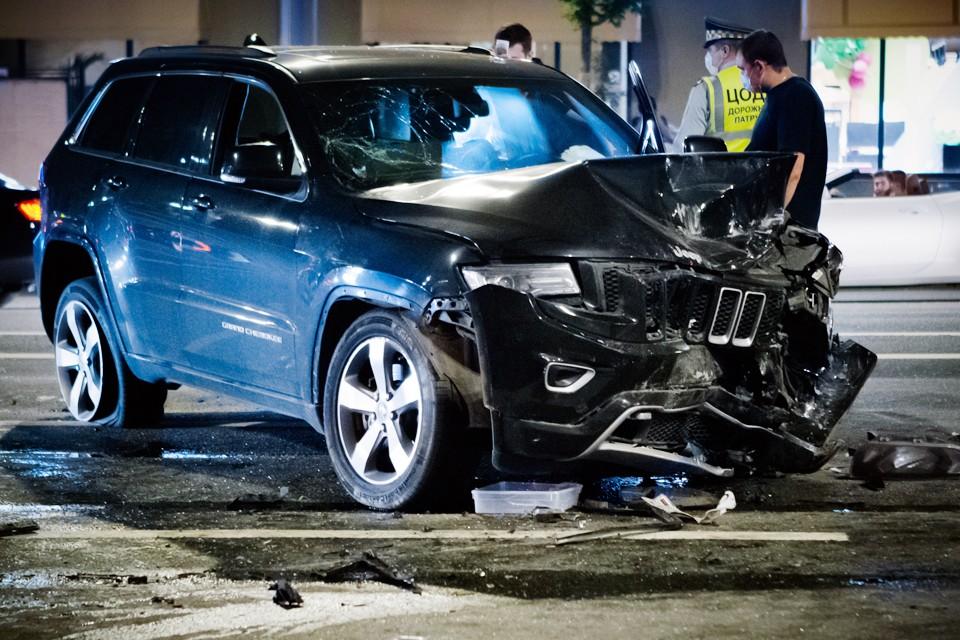 Внедорожник, за рулем которого находился актер, на большой скорости выехал на встречную полосу и врезался в фургон курьерской службы. Фото: Роман Канащук/ТАСС