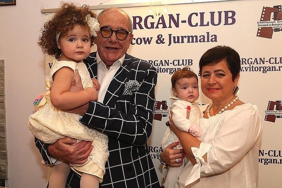 Эммануил Виторган и Ирина Млодик с дочками Этель и Кларой.