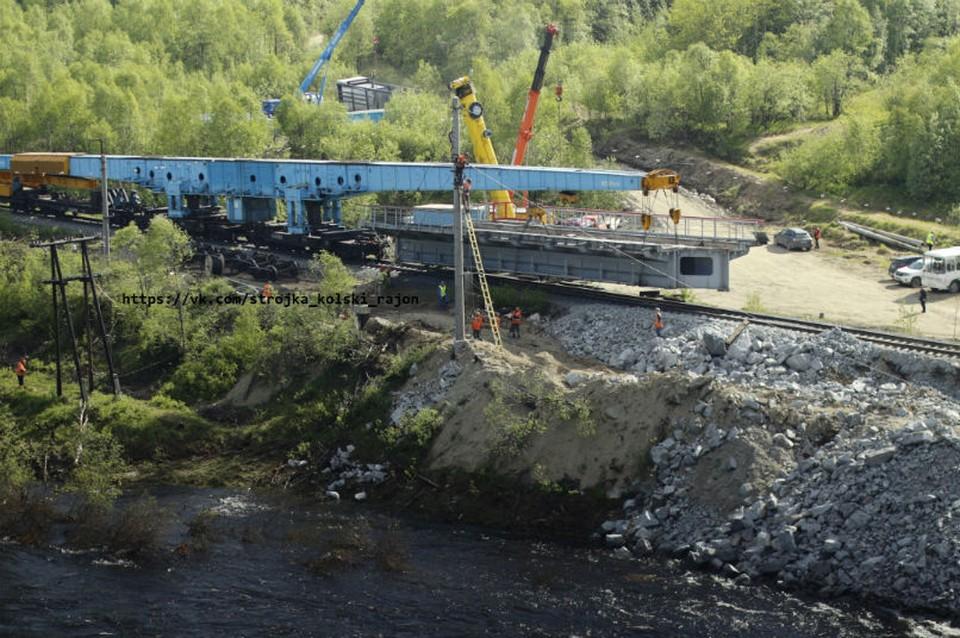 Специалисты уже приступили к демонтажу рухнувшего моста. Фото: vk.com/strojka_kolski_rajon