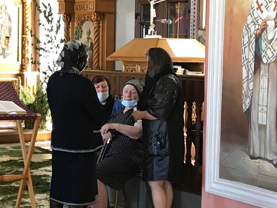 Мама Сергея Захарова Мария Ивановна не выдержала, когда тело с сыном внесли в храм.