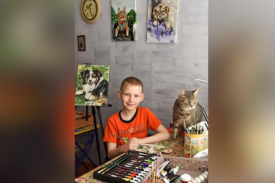 Сын инженера-технолога АПЗ Андрей Абрамов помогает бездомным животным, рисуя на заказ картины.