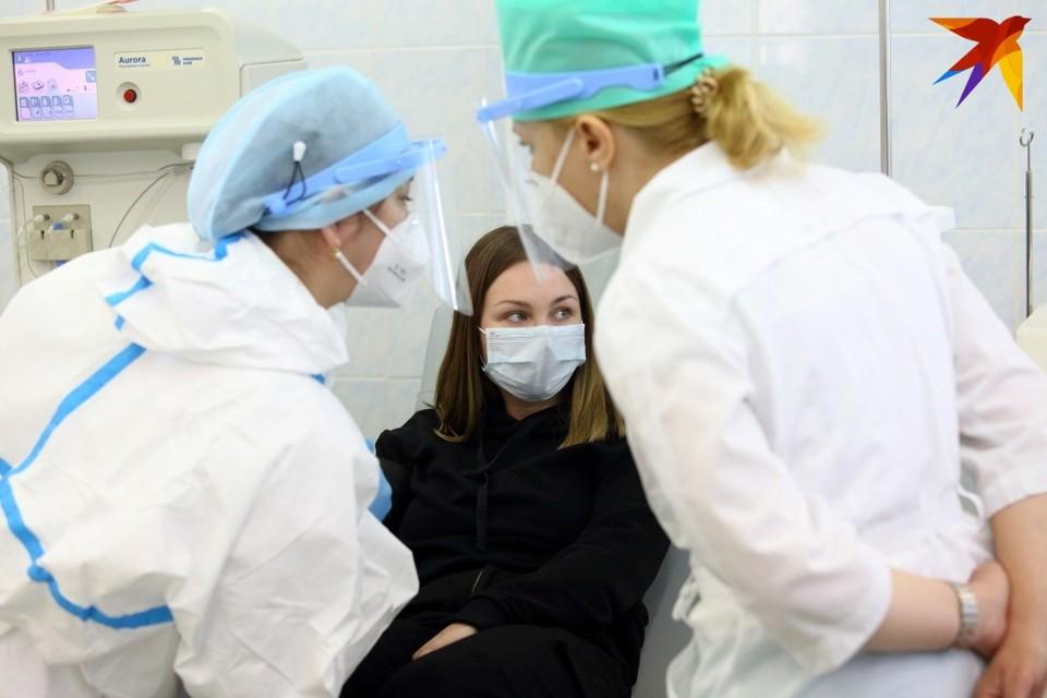 В Беларуси, по официальной статистике, число инфицированных сокращается, а выписанных пациентов - растет.