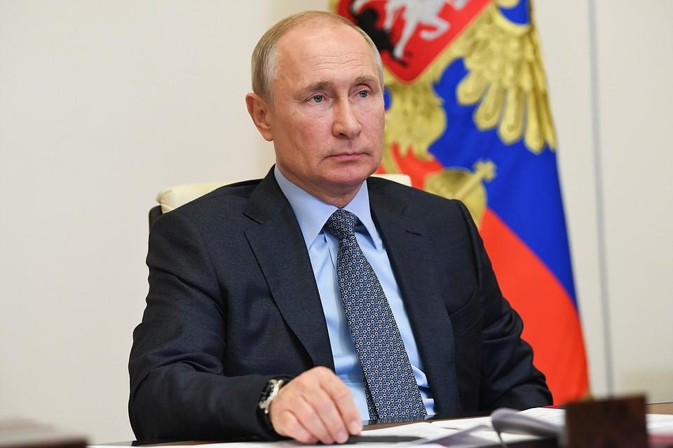 На зависть всем: девочка устала и прилегла на совещании у Путина