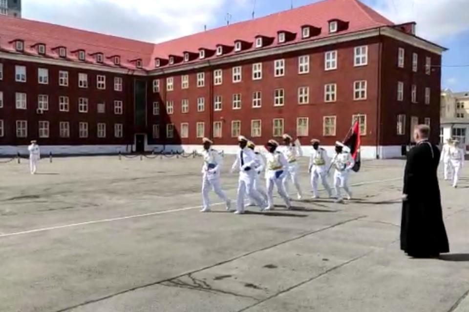 Ангольские курсанты маршируют по плацу Балтийского военно-морского института.