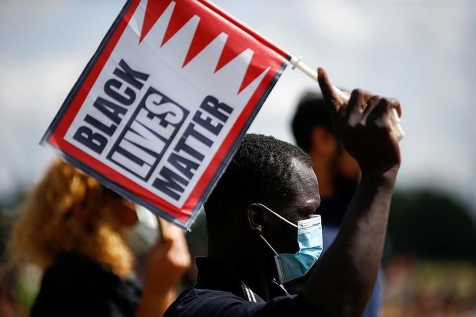 """""""Black Lives Matter - Жизнь черных важнее"""" стал лозунгом протестов в США."""