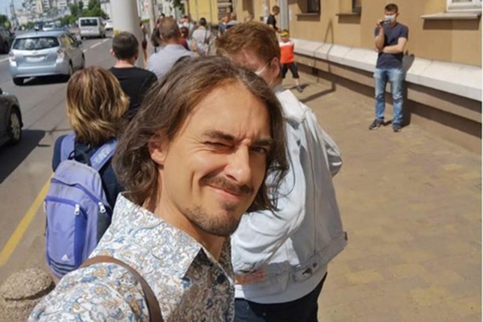 24 июня телеведущий и певец Денис Дудинский пришел к магазину symbal.by и встал в очередь за футболкой. Фото: Инстаграм