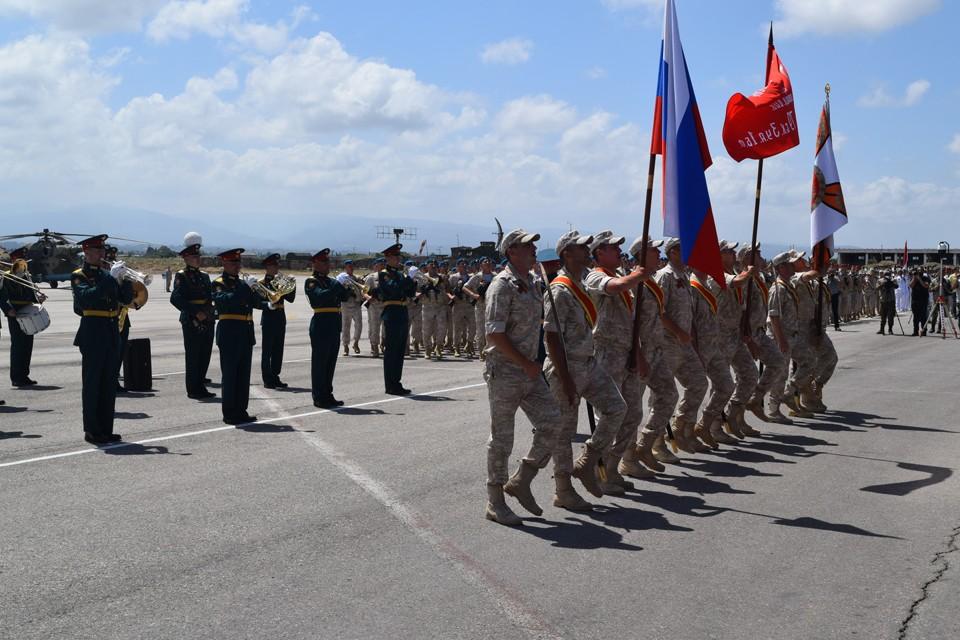 Пешим строем прошли более тысячи российских и сирийских военнослужащих
