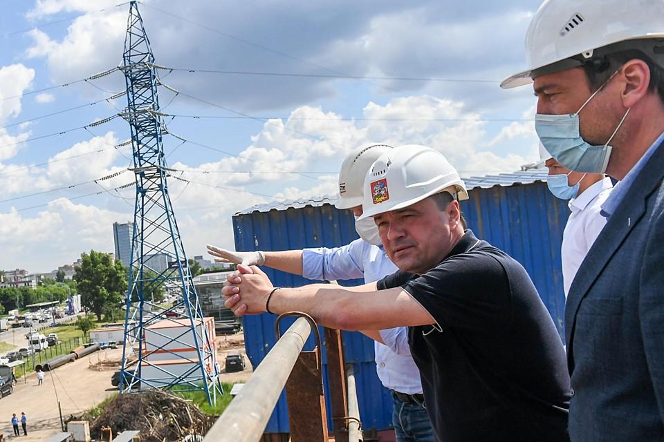 Андрей Воробьёв проверил, как идет строительство развязки на пересечении Ленинградского и улицы Репина. Фото Дениса Трудникова
