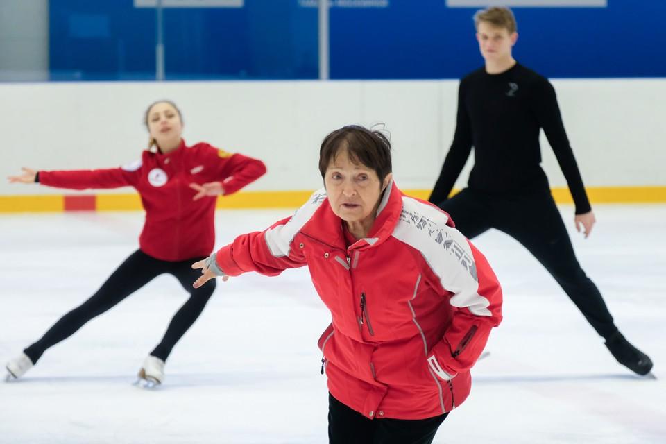 Каждую тренировку Тамара Николаевна на коньках. Тройные тулупы уже не прыгает, но перебежку вперед и назад делает с легкостью