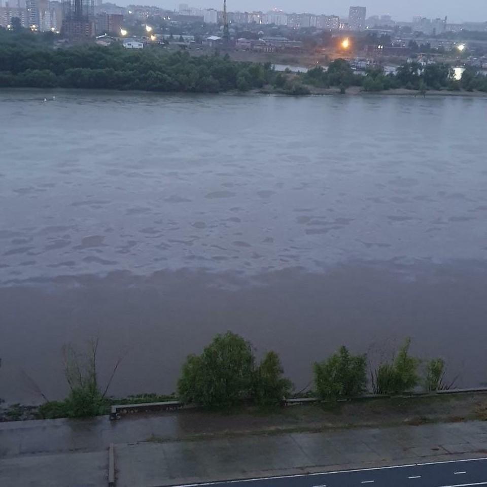 Омичи заметили огромное масляное пятно на Иртыше.