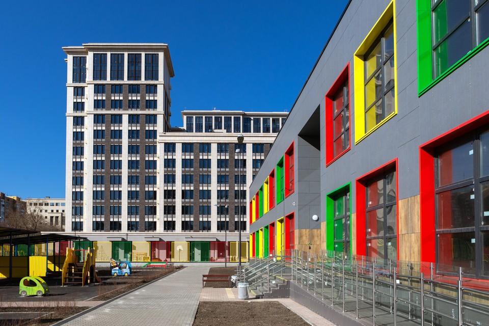 Учебное здание в рамках жилого квартала «Наследие» рассчитано на 340 мест и сможет принять 20 групп для обучения по британской программе дошкольного и школьного образования.