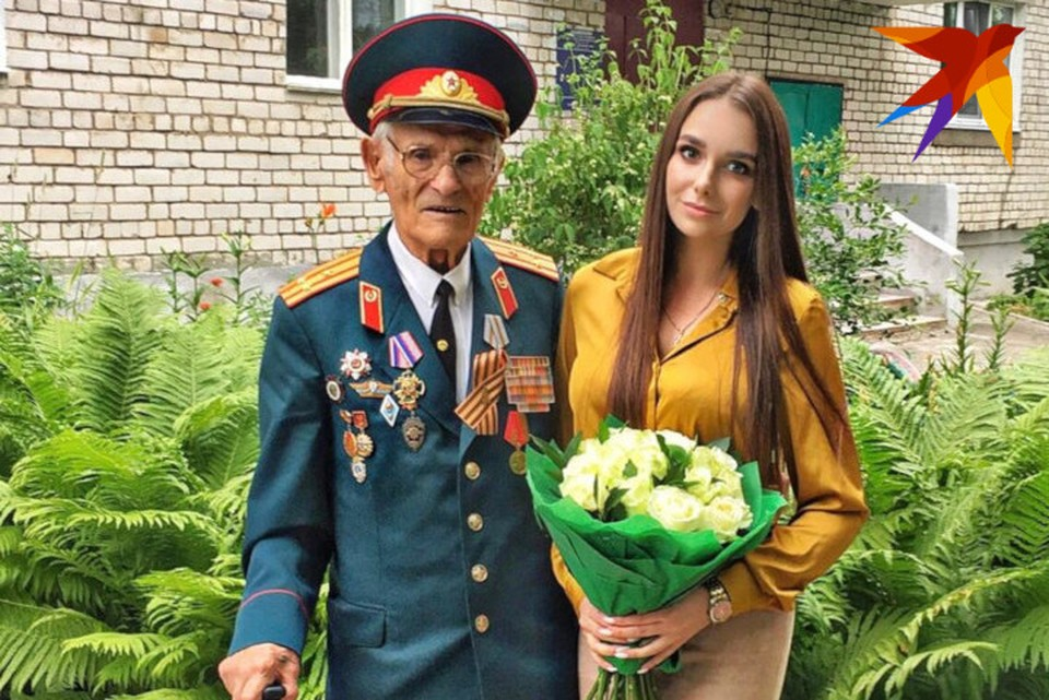 Николай Макарович и девушка-волонтер Екатерина Лабутина. Она и попросила об автографе президента. Фото: предоставлено Екатериной Лабутиной
