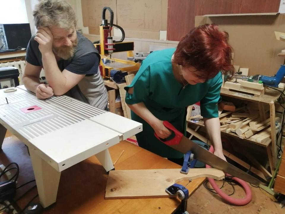 Алексей Викторович Прахов проводит занятия в столярной мастерской Фото: предоставлено авторами проекта