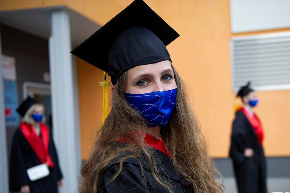 Во время вручения дипломов выпускникам УрФУ.
