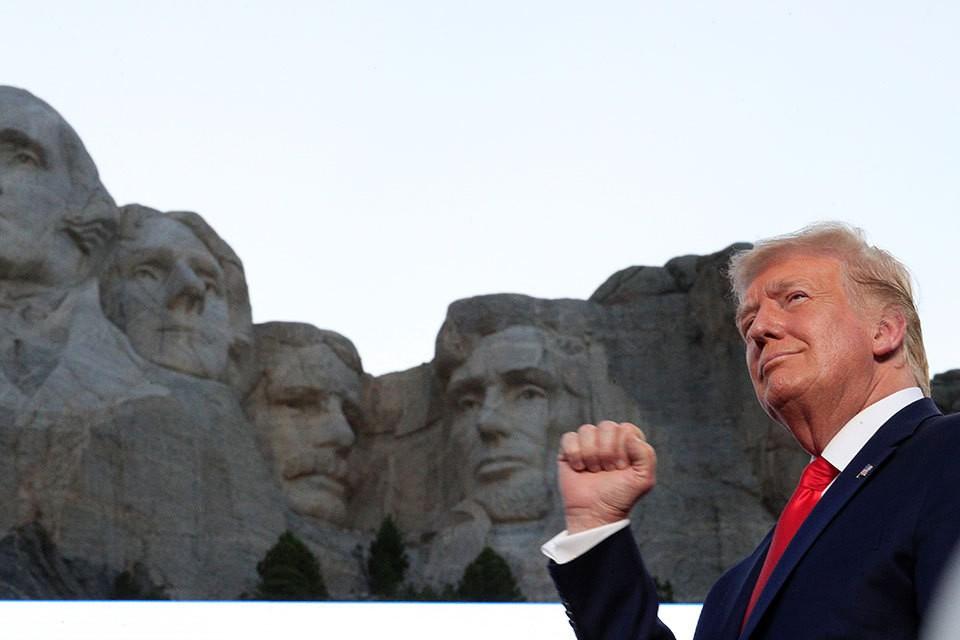 С яркой речью к исполинскому монументу четырём президентам США на горе Рашмор приехал нынешний хозяин Белого дома — Дональд Трамп.