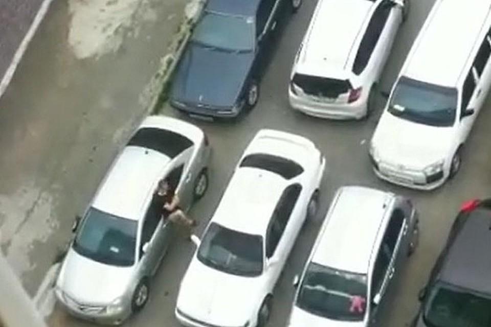 Во Владивостоке парень начал бить машину во дворе