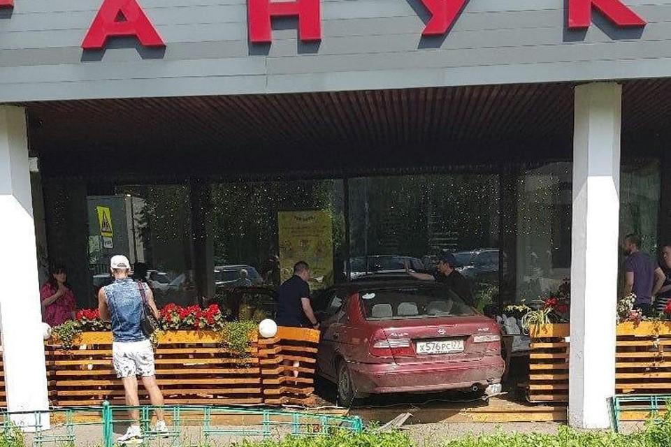 По счастливой случайности за теми несколькими столиками, которые снесла машина, посетителей не было